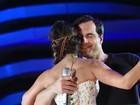 Paula Fernandes e Daniel Boaventura dançam de rosto colado em show
