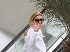 Sorridente, Carolina Dieckmann passeia em shopping do Rio