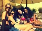 De biquíni e sem Bieber, Selena Gomez se diverte com as amigas