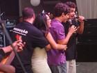Fã sobe ao palco e agarra Caio Castro em festa na cidade de Niterói, RJ