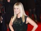 Reese Witherspoon usa sapatos maiores que seu número em première