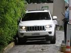 Após acidente, Danielle Winits deixa hospital no carro de Marcos Pasquim