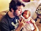 Ex-BBB Max posta no Twitter foto da filha, Luna