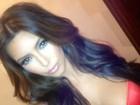 Kim Kardashian posta foto no Twitter com decote pra lá de generoso