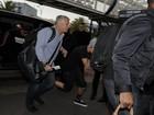 Justin Bieber evita fotos em aeroporto francês