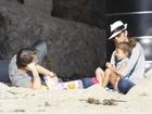 Em meio a polêmica com ex, Halle Berry brinca na praia com filha e noivo
