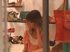 Juliana Didone experimenta sapato em loja do Rio