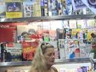 Sem maquiagem, Vera Fischer caminha pelas ruas do Leblon