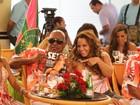 Vivi Araújo, Sabrina Sato e mais musas do samba se encontram em gravação