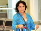 Regina Duarte viaja sem maquiagem e com aparência abatida