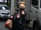 Danielle Winits esconde a boca machucada ao ver fotógrafos