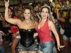 De shortinho, Viviane Araújo recebe homenagem da Viradouro