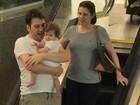 Daniele Valente passeia com filha e marido em shopping