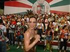 Ana Furtado exibe braços fortes em ensaio da Grande Rio