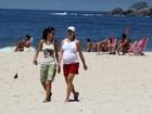 Luana Piovani caminha na praia do Leblon com amiga