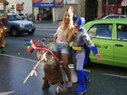 Fantasiada, Valesca Popozuda brinca com artistas de rua nos EUA
