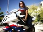 De funkeira a motoqueira: Cris, do 'BBB1' mostra sua nova paixão