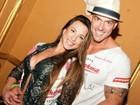 Ex-BBB Michelly cai no samba com o namorado em esquenta de carnaval