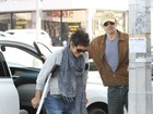 De muletas, Halle Berry conta com a ajuda do noivo para descer do carro