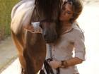 Giovanna Ewbank posa com cavalos para grife de roupa