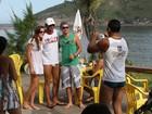 Henri Castelli posa com fãs ao deixar praia