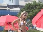 Rainha de bateria da Império de Casa Verde usa microbiquíni na praia