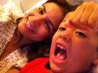 Nívea Stelmann posa com cara de sono ao lado do filho animadão