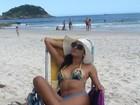 Ex-BBB Ariadna aproveita praia e mostra o corpão em biquíni