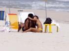 Marcelo Falcão vai a praia com a nova namorada