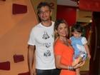 Flávia Alessandra e Otaviano Costa levam a filha a aniversário