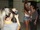 De shortinho, Nicole Bahls faz sucesso com fãs no aeroporto do Ceará