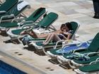 No Brasil, Selena Gomez se bronzeia em piscina de hotel e desamarra o sutiã