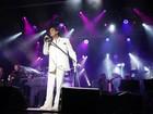 Roberto Carlos faz show em cruzeiro e plateia puxa hit: 'Delícia, delícia...'
