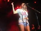 Claudia Leitte canta com a mão na barriga em show no Espírito Santo