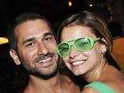 Com óculos verde, Milena Toscano curte festa com o namorado