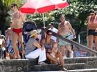 Priscila Fantin vai com o filho à praia