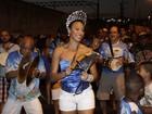 Sheron Menezzes usa coroa em ensaio de rua da Portela