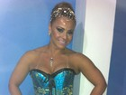 De corpete, Viviane Araújo participa de ensaio de escola de samba