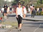 Sozinha, Juliana Didone caminha na orla do Rio