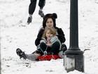 Helena Bonham Carter se diverte com a família na neve