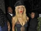 Com look sexy-cafona, Rihanna deixa boate em Los Angeles