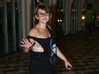 Ex-BBB Mayara deixa gordurinhas e sutiã de oncinha à mostra
