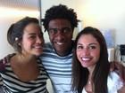De La Peña posa com as garotas do 'Casseta' nos bastidores do programa