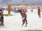 Ronaldinho Gaúcho joga futevôlei em praia carioca