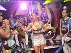 Ex-BBB Lia Khey é coroada rainha de bloco e mostra samba no pé