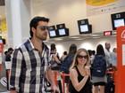 Com Sérgio Marone, Juliana Barone sorri para paparazzo em aeroporto