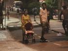 Carolinie Figueiredo passeia com a filha na orla