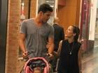 Maytê Piragibe passeia em shopping com marido e filha