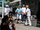 De bermuda e sandália, Luciano Huck participa de gravação no Rio