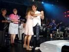 Roberto Carlos entrega prêmios aos vencedores de karaokê em cruzeiro